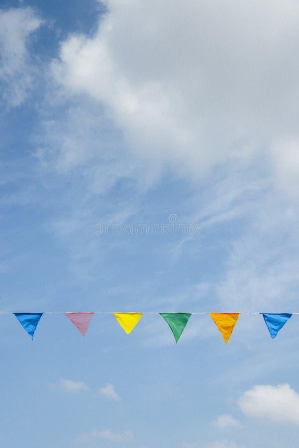 Cintas coloreadas en el cielo azul foto de archivo