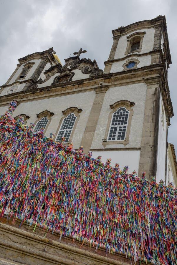 Cintas coloridas del deseo delante de la iglesia de Bonfim en Salvador Bahia, el Brasil imagenes de archivo