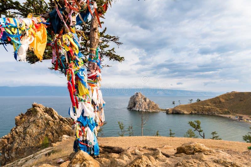 Cintas coloridas en el árbol en el lago Baikal en Siberia imagen de archivo