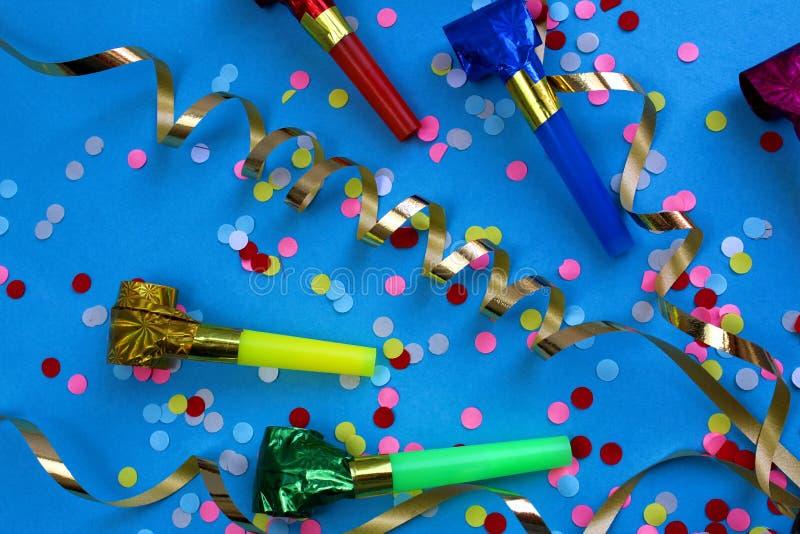 Cintas, confeti y tubos festivos, humor festivo foto de archivo libre de regalías