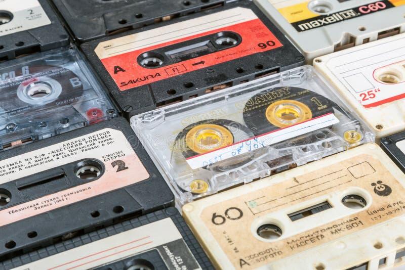 Cintas de casete viejas sobre fondo imagenes de archivo