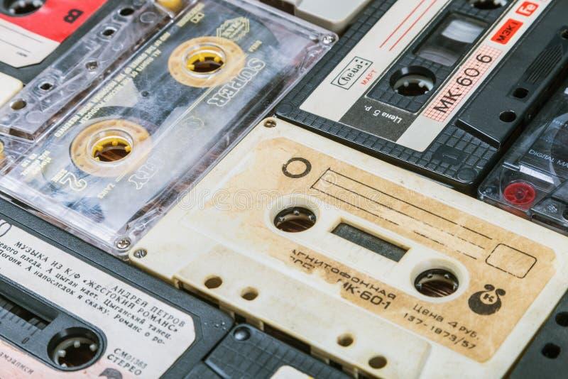 Cintas de casete viejas sobre fondo imagen de archivo