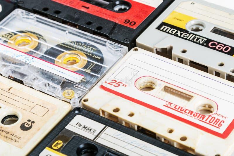 Cintas de casete viejas sobre fondo foto de archivo