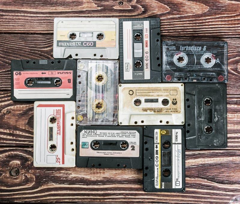 Cintas de casete viejas sobre la tabla de madera texturizada imagenes de archivo