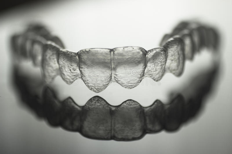 Cintas dentais invisíveis do plástico do dente dos suportes dos dentes foto de stock royalty free