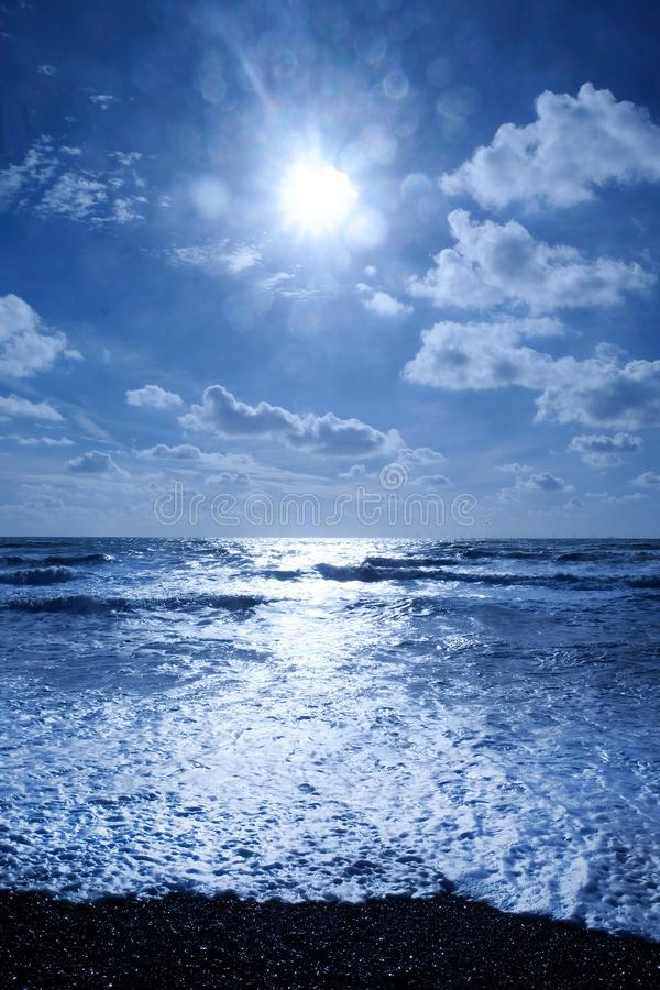 Cintilar azul do mar branco fotografia de stock royalty free