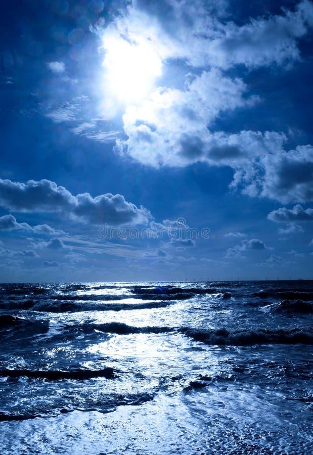 Cintilar azul do mar branco imagens de stock