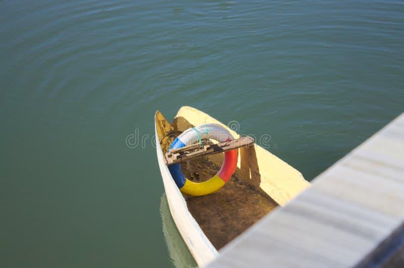 Cinto de salvação colorido no barco imagens de stock