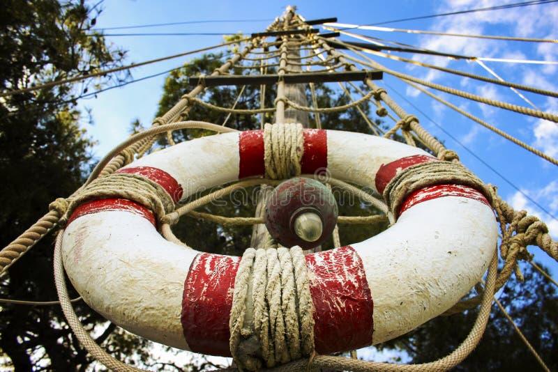 Cinto de salvação no mastro de madeira foto de stock