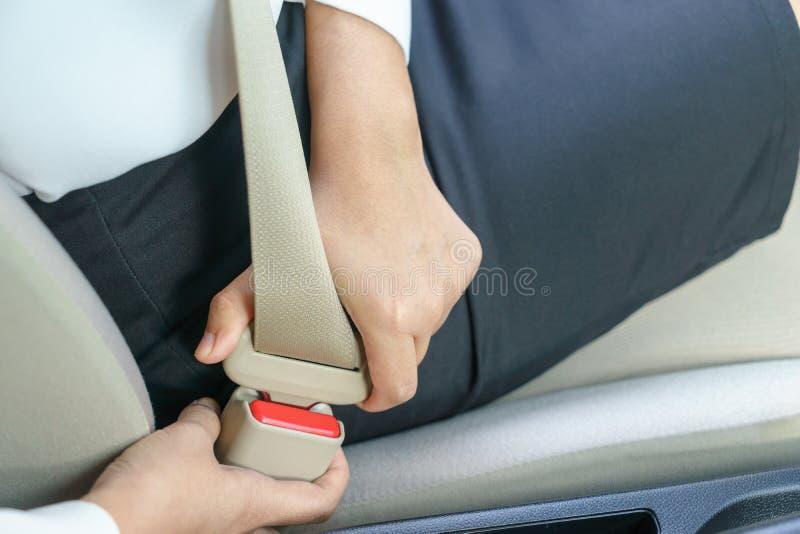 Cinto de segurança da asseguração da mulher de negócios no carro antes de conduzir imagens de stock