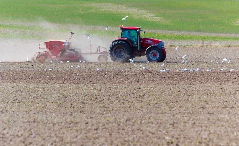 Cintrage de ressort avec le tracteur images stock