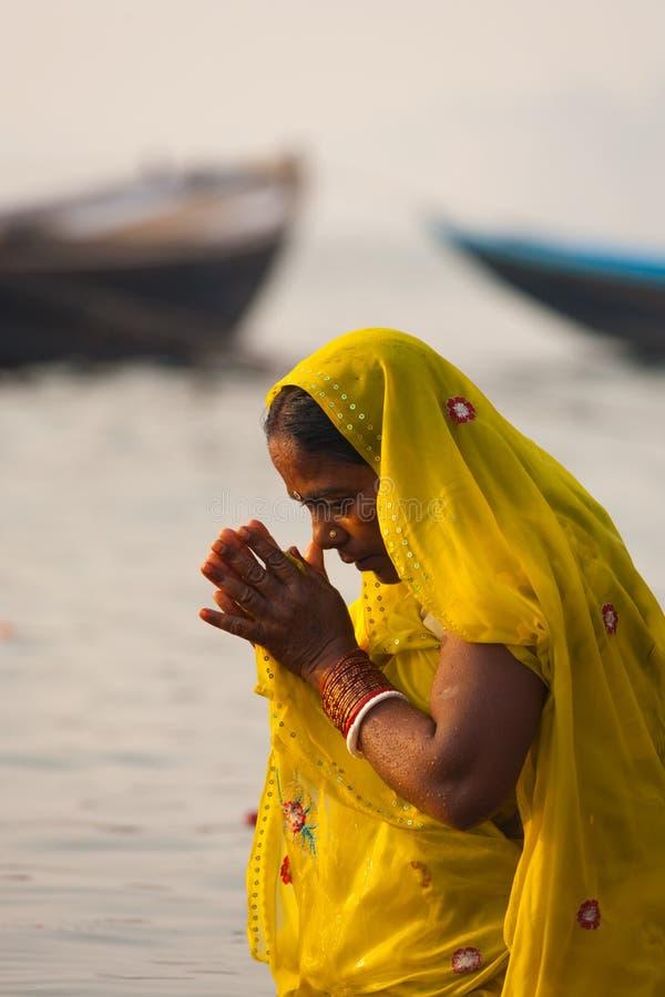 Cintrage indou de femme priant le fleuve de Ganges Varanasi photographie stock libre de droits