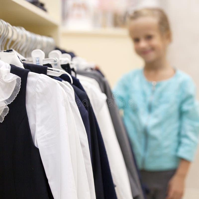 Cintre avec des chemises dans un magasin image libre de droits