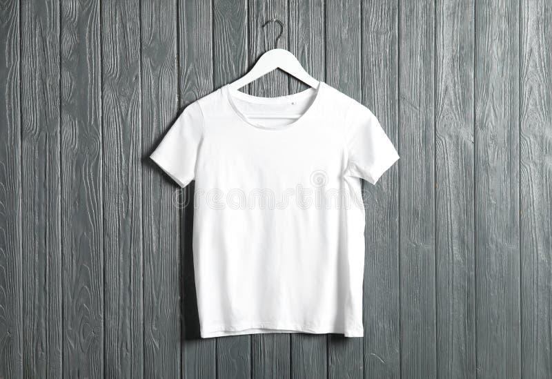 Cintre avec le T-shirt blanc Maquette pour la conception image libre de droits