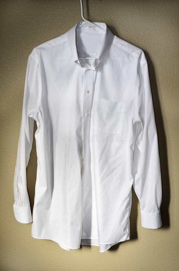 Cintre blanc de chemise habillée photographie stock
