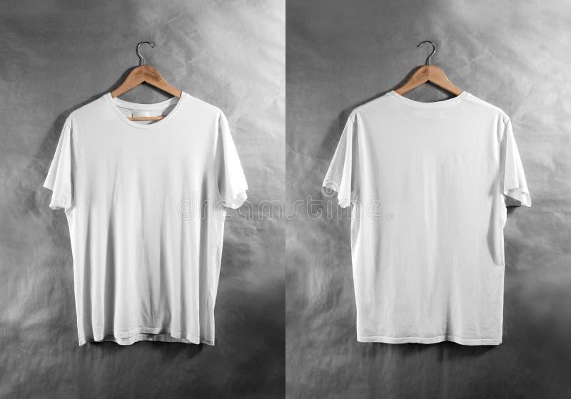 Cintre blanc vide de vue d'arrière d'avant de T-shirt, maquette de conception image stock