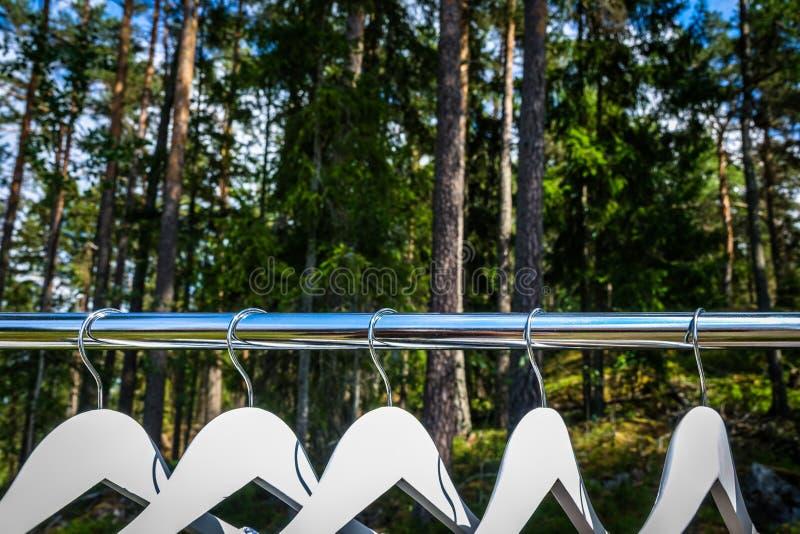 Cintre/cabinet dans les bois/vêtements organiques de forêt photo stock