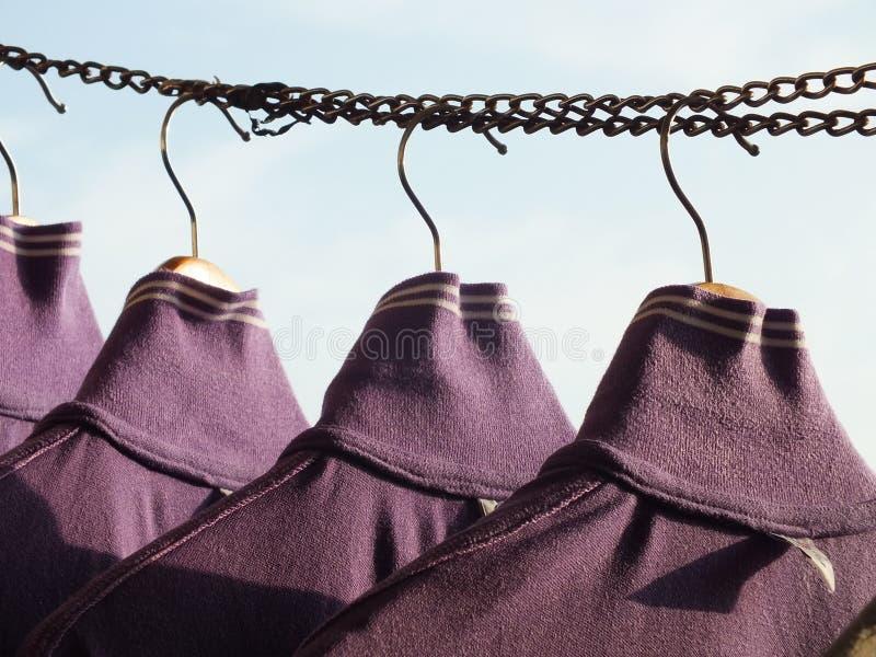Cintre de manteau et jour de blanchisserie photographie stock libre de droits