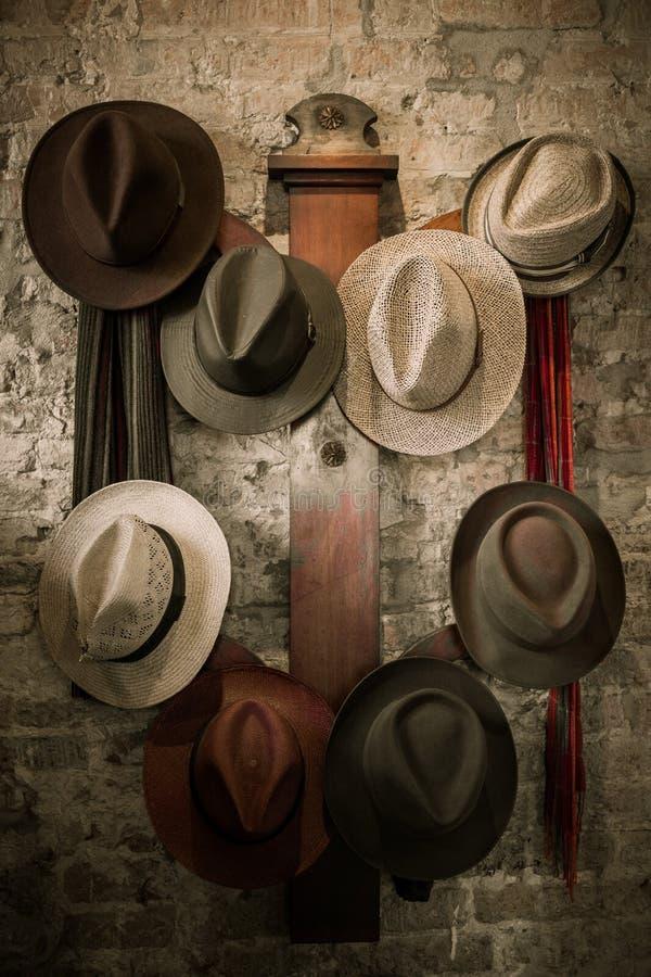 Cintre de mur avec des chapeaux photographie stock
