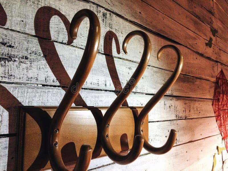 Cintre en bois avec une ombre sous forme de coeur image libre de droits