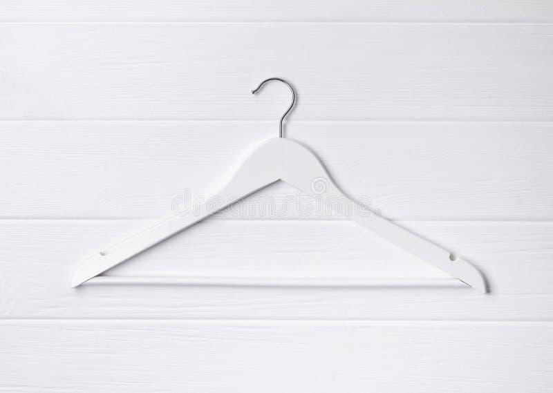 Cintre en bois simple étendu par appartement de vue supérieure au fond blanc images libres de droits