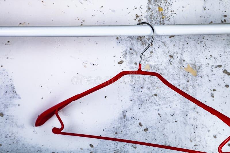 Cintre rouge sur un mur gris photo libre de droits