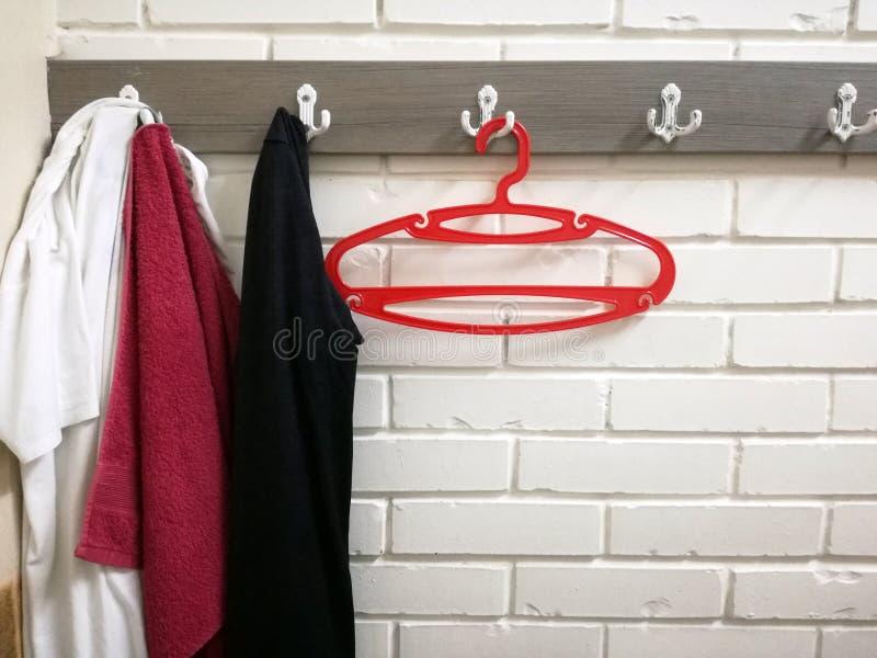 Cintre, vêtements et serviette rouge photo stock