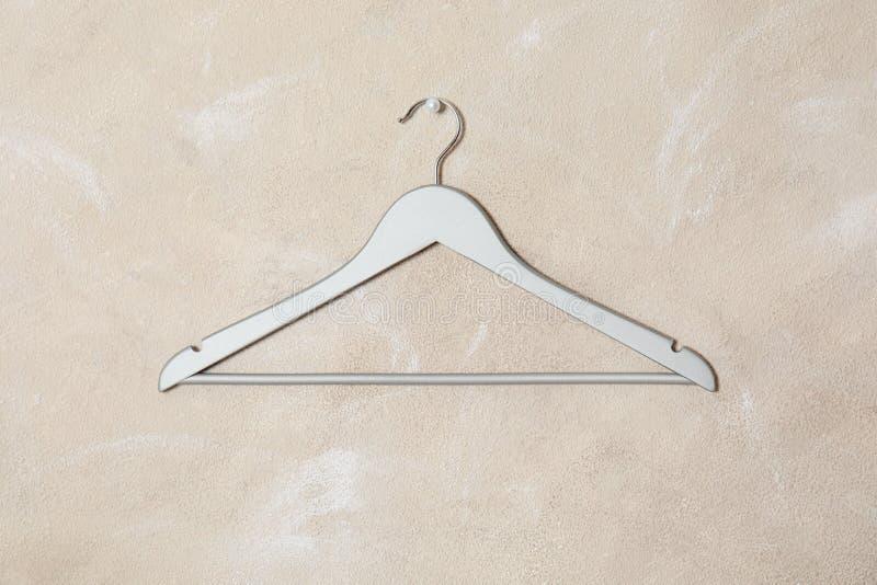 Cintre vide sur le mur Accessoire de garde-robe image stock