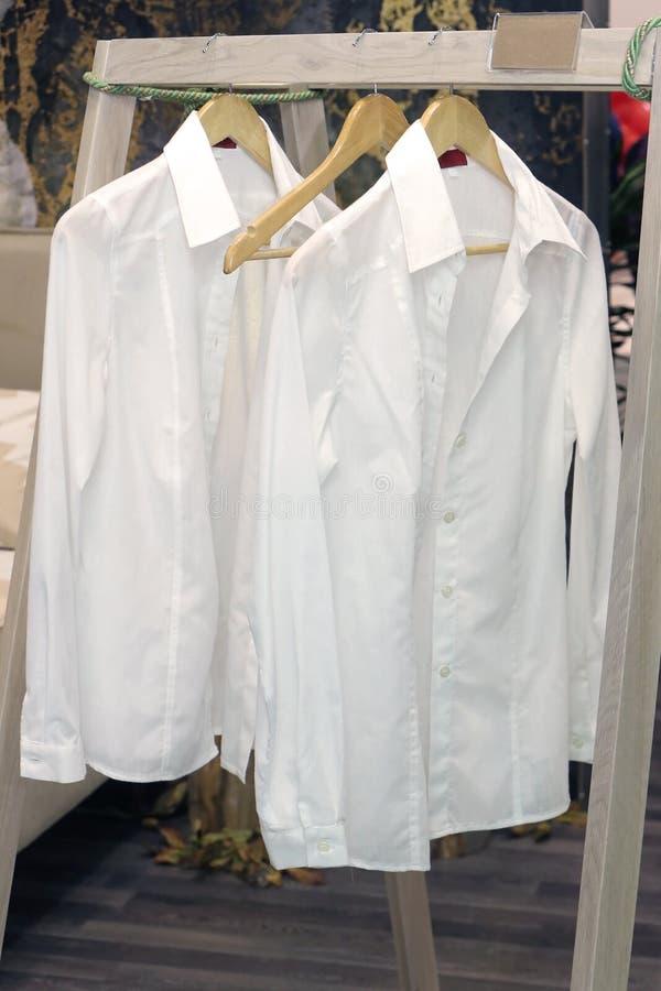 Cintres blancs de chemises photos libres de droits