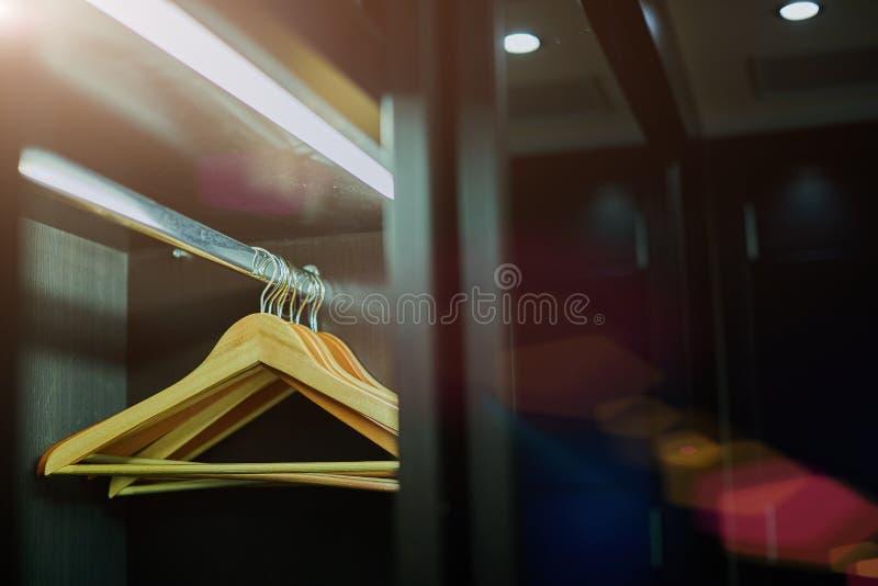 Cintres d'habillement sur la table en bois brune images stock