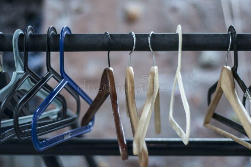 Cintres dans la chambre Stockage de vêtements image stock