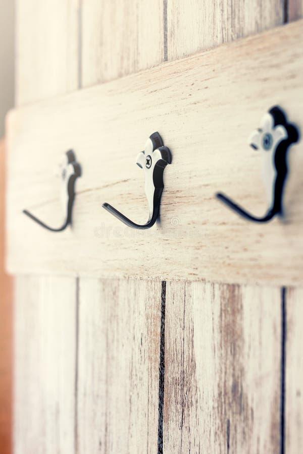 Cintres de manteau sur une vieille porte en bois photographie stock