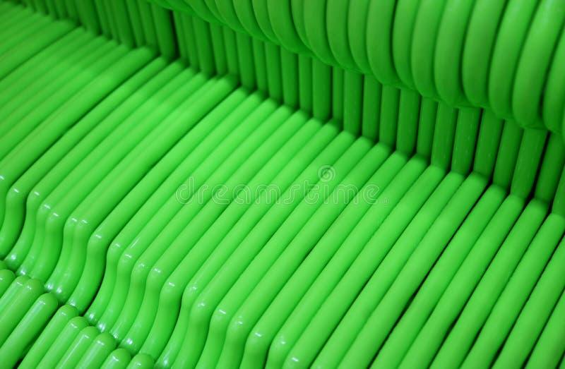 Cintres verts vifs vides alignés photos stock