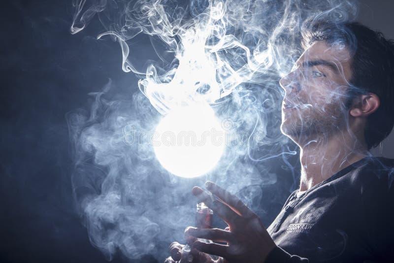 Cintreuse de fumée photo libre de droits