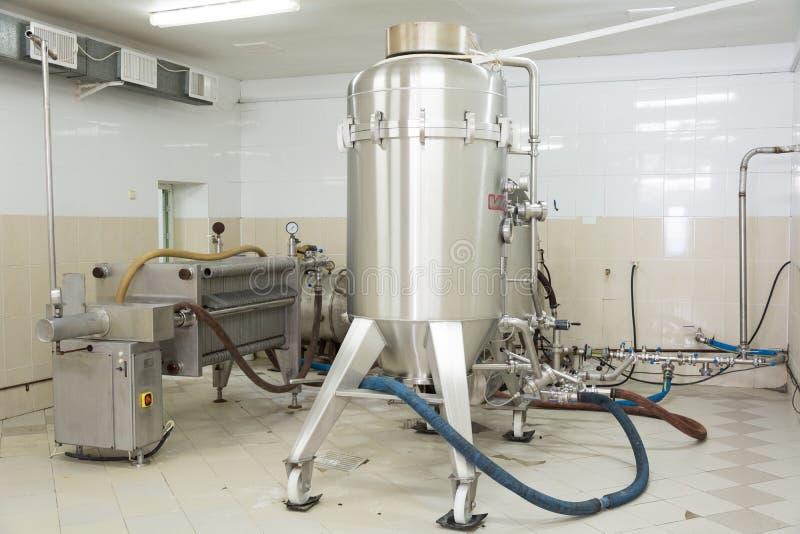 CINTREUSE, LE TRANSNISTRIE - MARS 2016 : Filtre de bière avec la décharge automatique de la 1ère brasserie dans la cintreuse, le  image stock