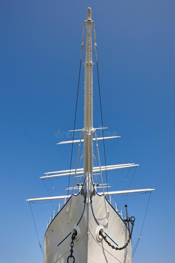 Cintrez le détail de voilier au-dessus d'un fond de ciel bleu navigation photographie stock libre de droits