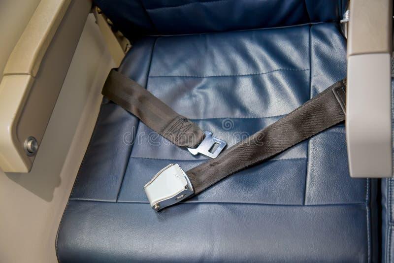 Cinturón de seguridad abierto en un aeroplano con el sitio vacío Concepto de la seguridad fotos de archivo libres de regalías