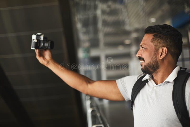 Cintura acima de um homem alegre que faz selfies imagem de stock