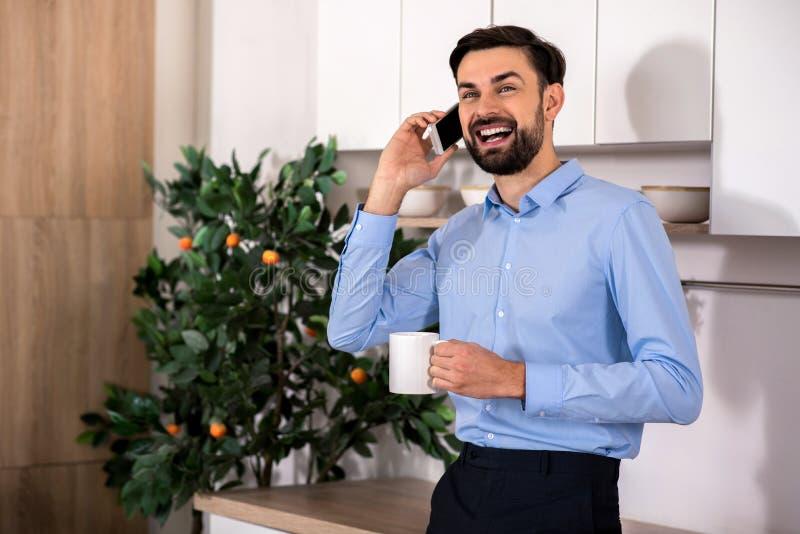 Cintura acima do homem de negócios alegre que fala no telefone imagens de stock royalty free