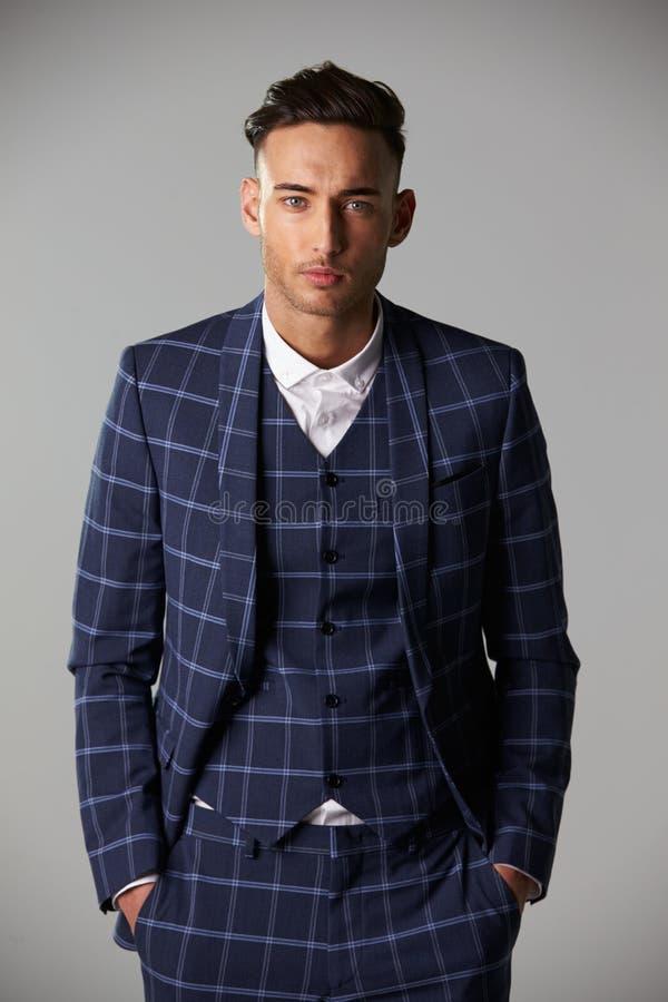 Cintura acima do retrato do homem novo que veste um grande terno da verificação foto de stock royalty free