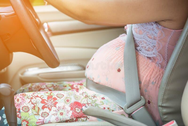 Cintura di sicurezza di usura di donna incinta immagini stock libere da diritti