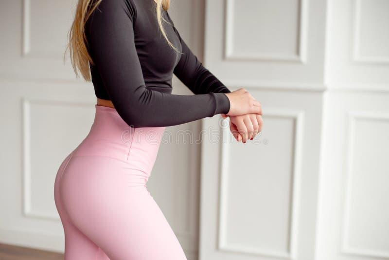 Cintura elegante magro atlética do corpo fêmea do close-up de um modelo à moda da aptidão com figura perfeita linhas após um efic fotografia de stock