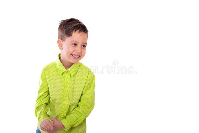 Cintura encima del retrato de un pequeño muchacho sonriente contra un fondo blanco con el espacio de la copia en el estudio foto de archivo