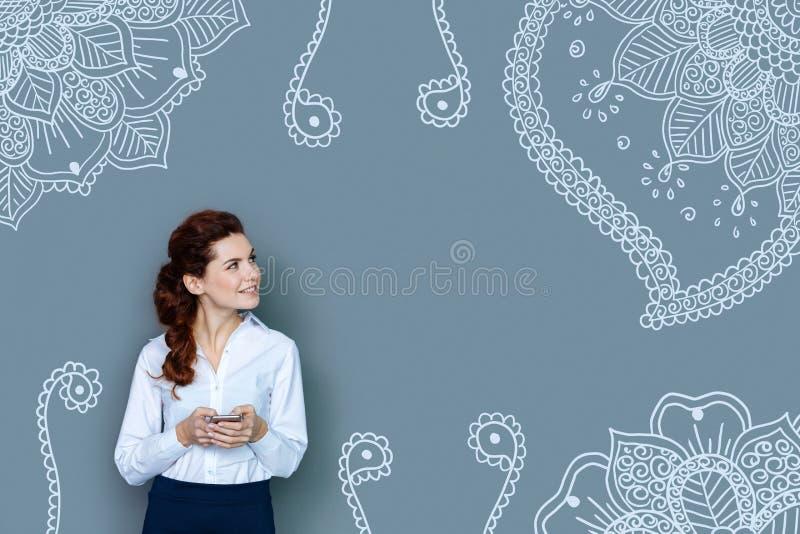 Cintura para arriba de la mujer de negocios magnífica que mira lejos en fondo gris fotografía de archivo