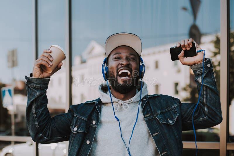 Cintura para arriba de un hombre afroamericano alegre que expresa alegría imagen de archivo