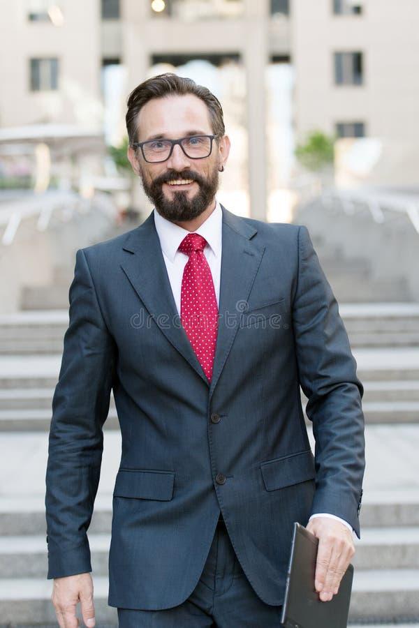 Cintura para arriba del abogado confiado que camina y que sonríe foto de archivo libre de regalías