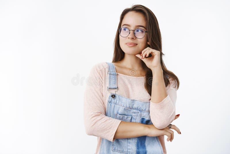 Cintura-para arriba tirada de mujer femenina apuesta creativa y optimista en los vidrios que parecen idos con sonrisa satisfecha  imagen de archivo