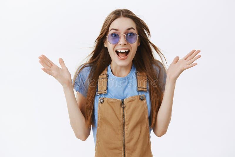 Cintura-para arriba tirada de mujer joven encantadora sorprendente y emocionada alegre con el pelo marrón largo que agita en el a foto de archivo libre de regalías