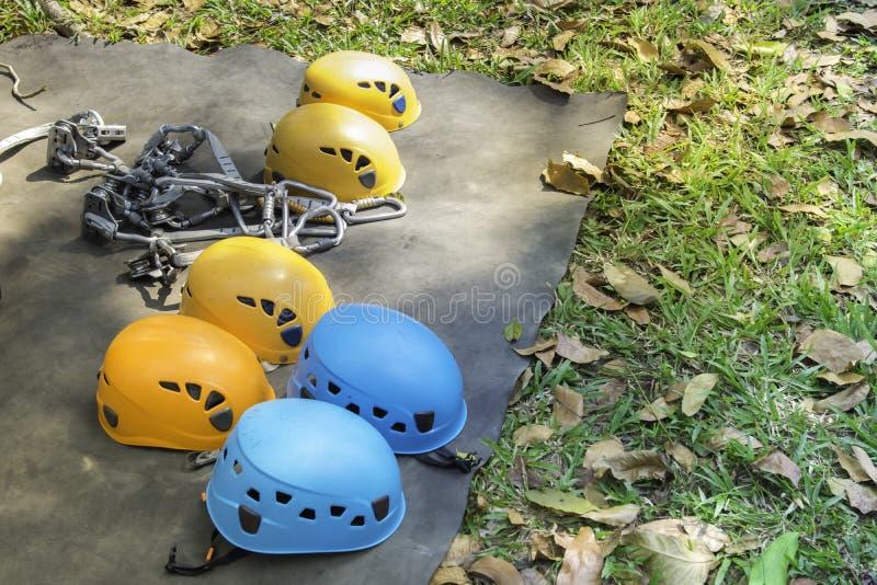 Cinturones de seguridad con las carabinas y el casco equipo de la carrera de obstáculos para la actividad al aire libre y el depo fotografía de archivo