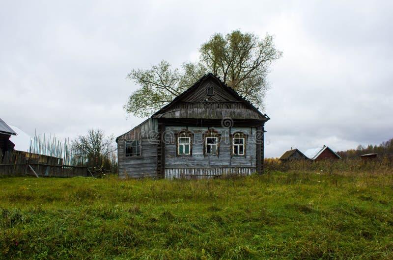 Cinza de madeira velho da casa em uma vila na região de Ivanovo em Rússia A casa, estando apenas em um dia nebuloso maçante no imagem de stock royalty free